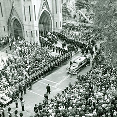 Black and white photograph of a cortege in front of a crowd gathered in the forecourt of the Trois-Rivières Cathedral.